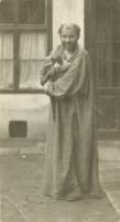 写本 -001モーリッツ・ネーア《猫を抱くグスタフ・クリムト、ヨーゼフシュテッター通り21番地のアトリエ前にて》
